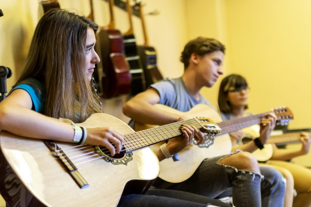 girl-taking-group-guitar-lessons